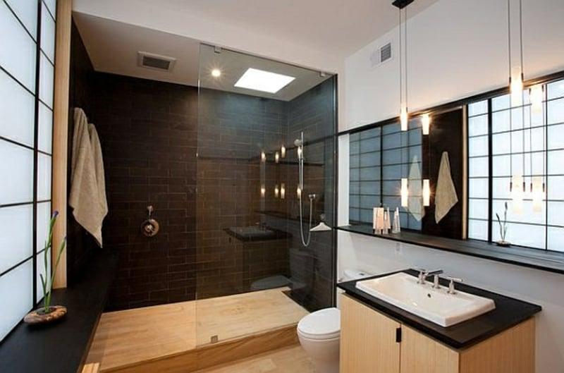 begehbare Dusche Akzentwand schwarze Fliesen