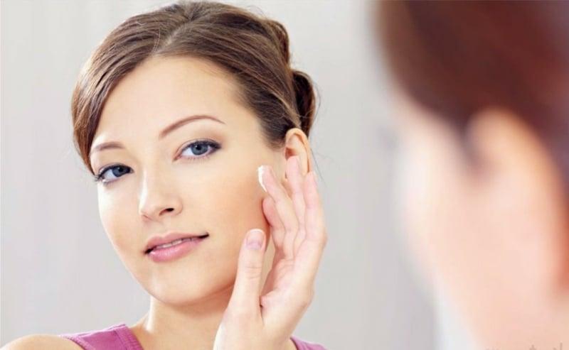 Feuchtigkeitscreme auftragen trockene Haut