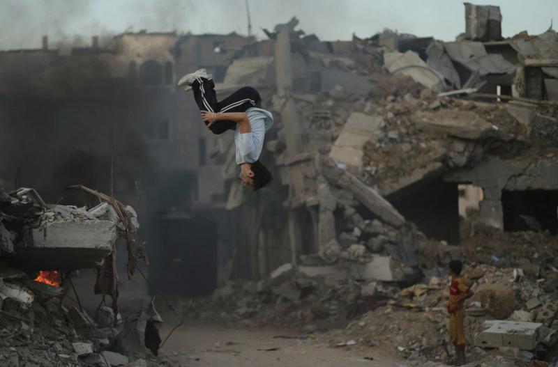 Bilder zum Nachdenken Junge Sprung Ruinen