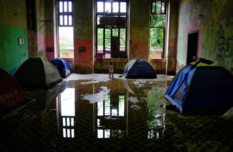 Bilder zum Nachdenken Mädchen Zelten Boden nass