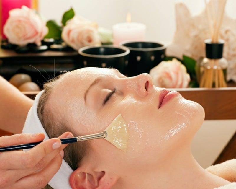 selbstgemachte Gesichtsmaske auftragen