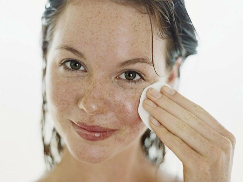 selbstgemachte Gesichtsmaske entfernen