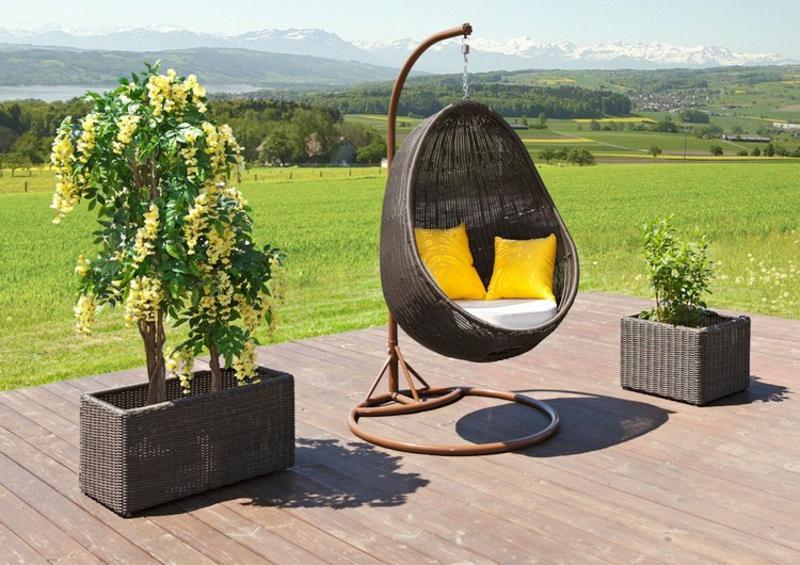 Sessel hängend moderner Look gelbe Kissen