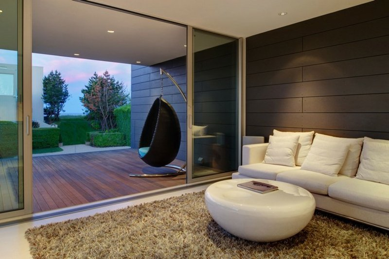 Sessel hängend auf der Terrasse platzieren