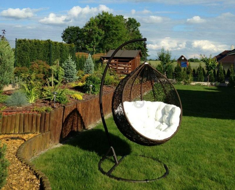Hängesessel mit Gestell im Garten platzieren