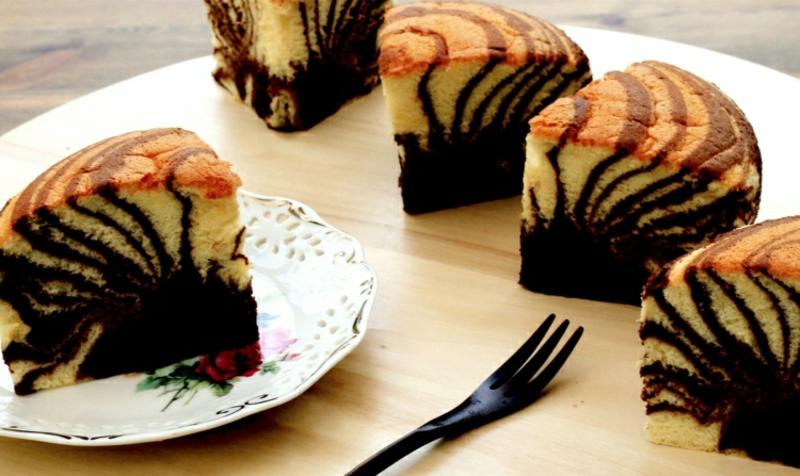 Marmorkuchen saftig servieren