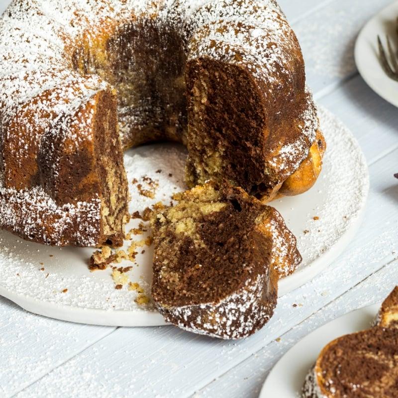 Kuchen backen mit Puderzucker bestäuben