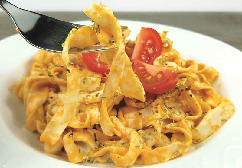 Nudeln ohne Kalorien mit Tomaten servieren