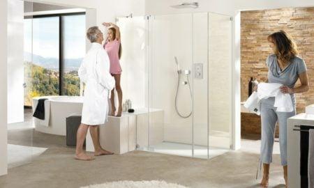 offener Duschbereich ebenerdig Glaswände transparent
