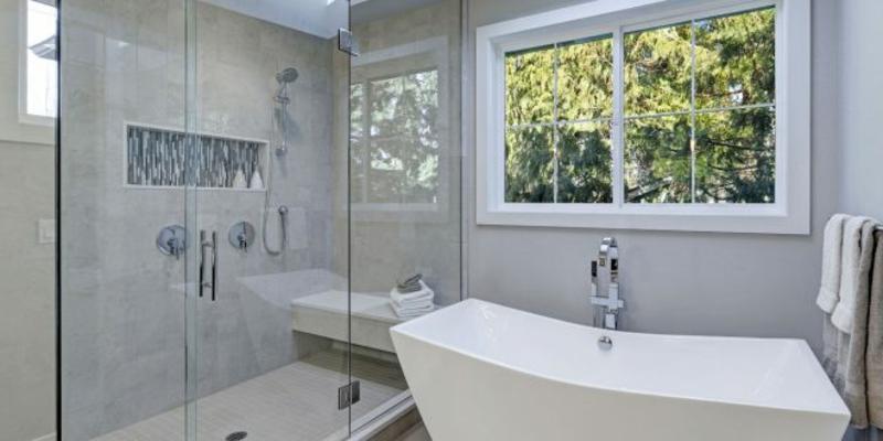modernes Badezimmer offener Duschbereich Badewanne