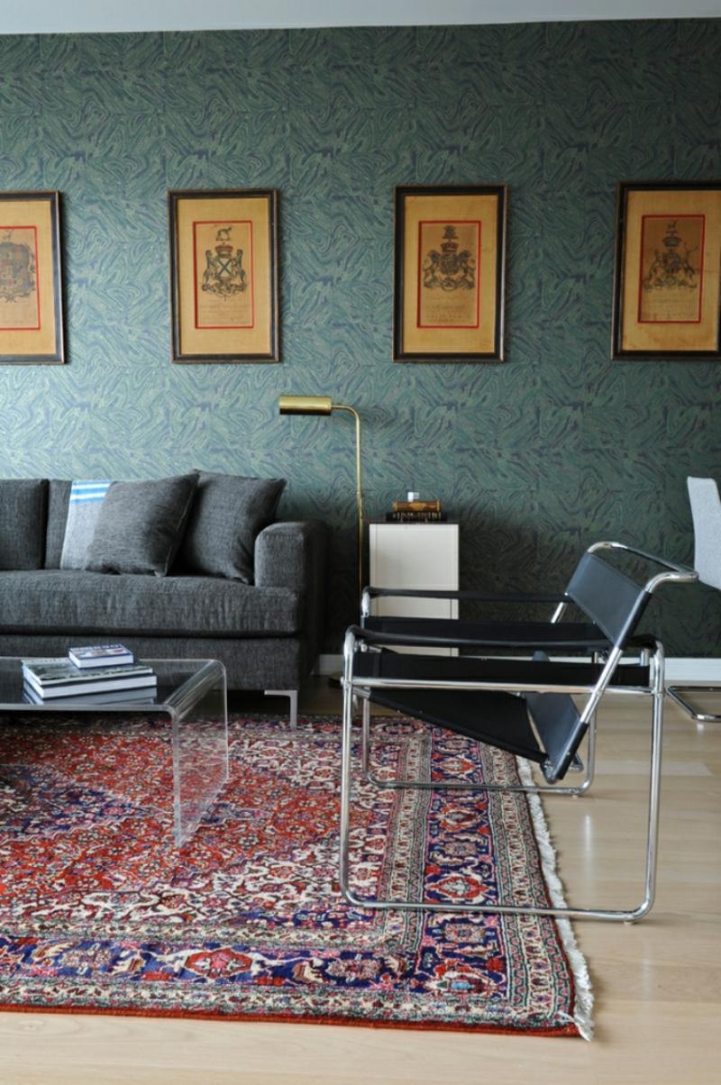 Orientteppich Wohnzimmer Kaffeetisch Glas graue Tapeten