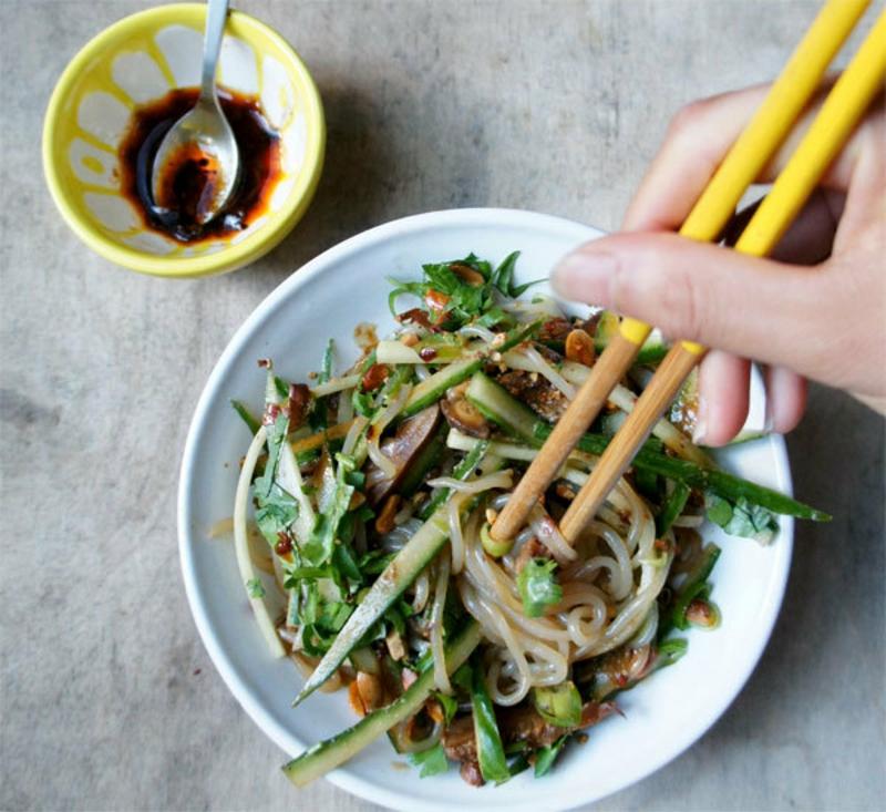Shirataki Nudeln mit Gemüse servieren