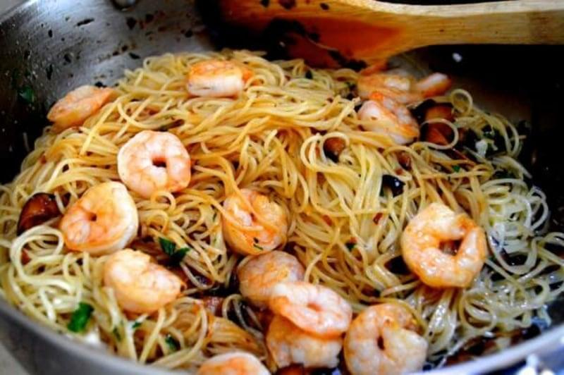 Nudeln ohne Kalorien Soja Spaghetti mit Garnelen