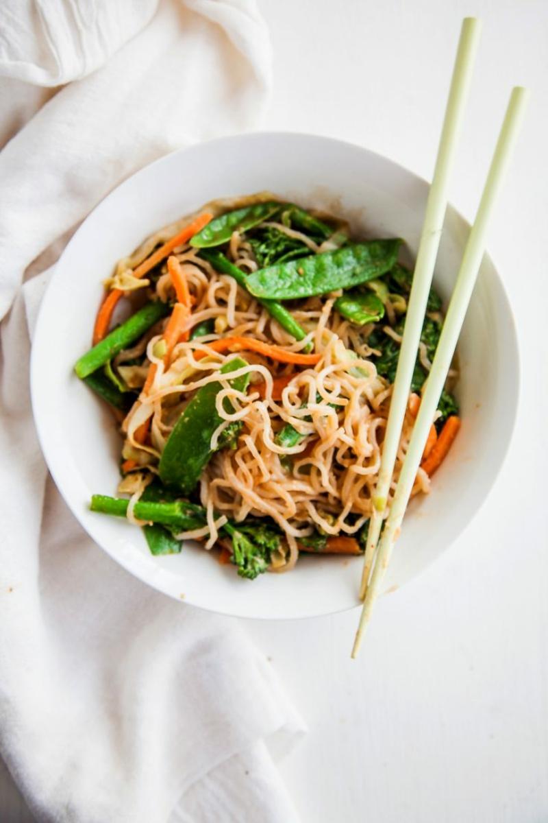 Soja Spaghetti mit Gemüse Möhren Zuckerschoten