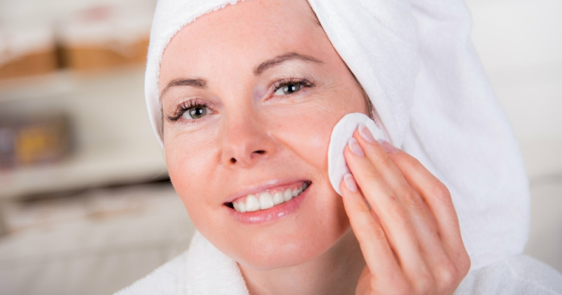 Gesichtsreinigung ertens das Make-uo entfernen