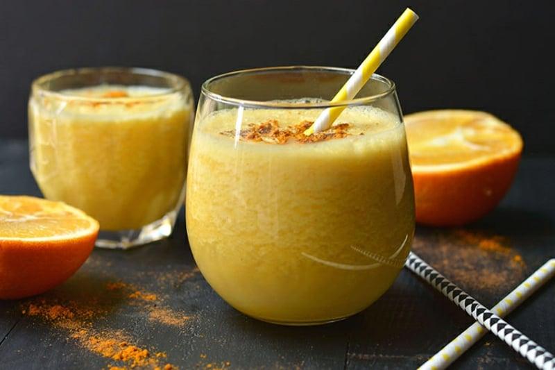 Smoothie aus Kuhmilch, Kurkuma und Orangensaft