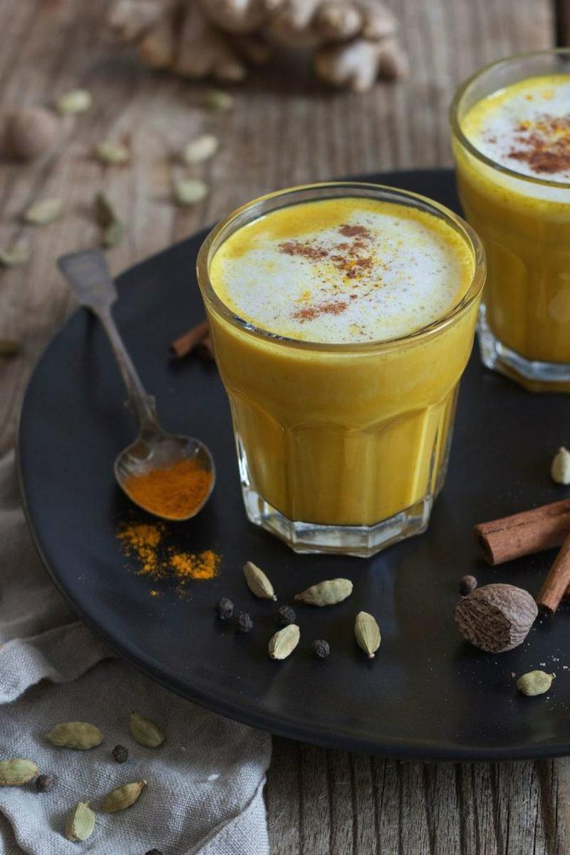 goldene Milch trinken bei Erkältung