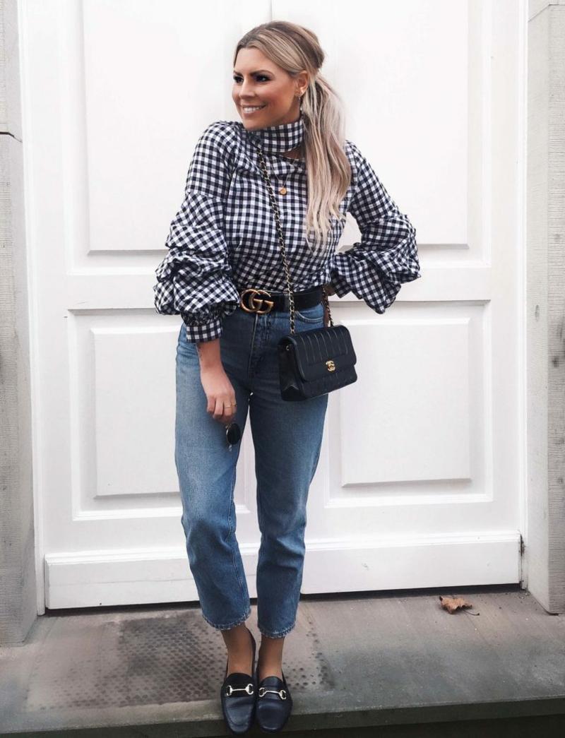 Gucci Gürtel tragen mit Jeans und Bluse karriert