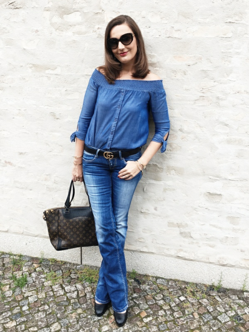 moderner Outfit Jeans Bluse Freizeit