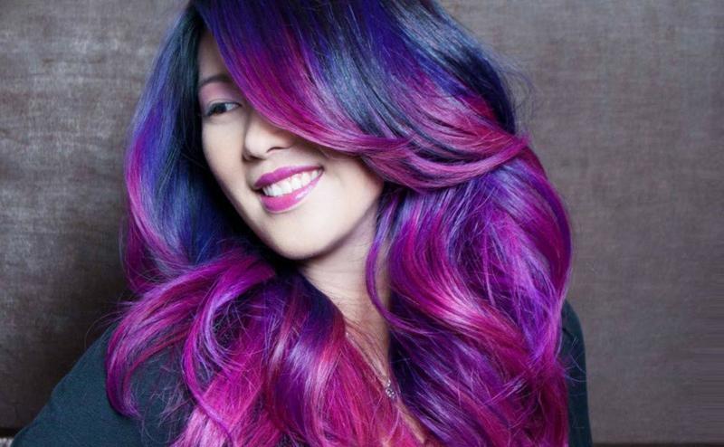 extravagante Frisur blau und violett
