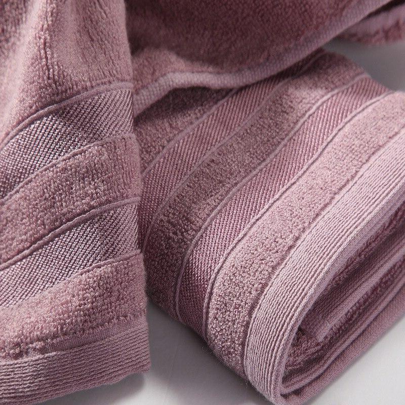 sich das Gesicht abtrocknen Handtuch
