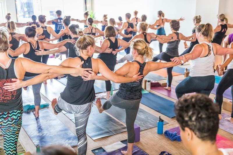 Yoga in Gruppe praktizieren