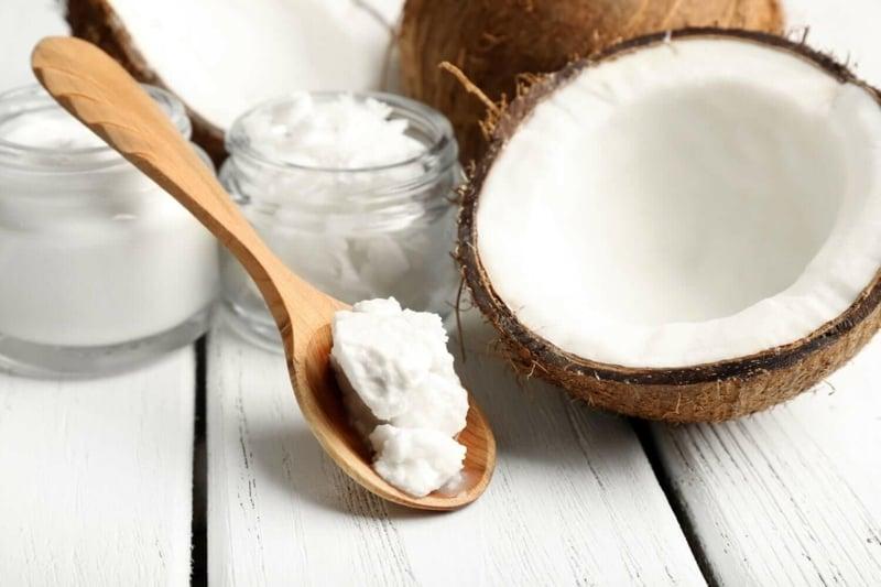 sich mit Kokosöl den Mund spülen