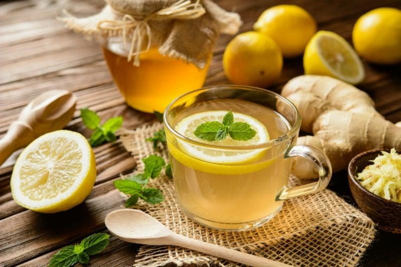 Pfefferminztee mit Ingwer und Zitrone