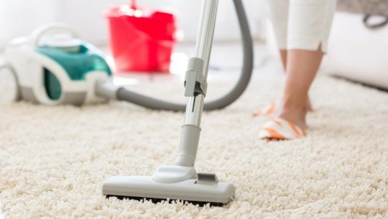Teppichboden staubsaugen