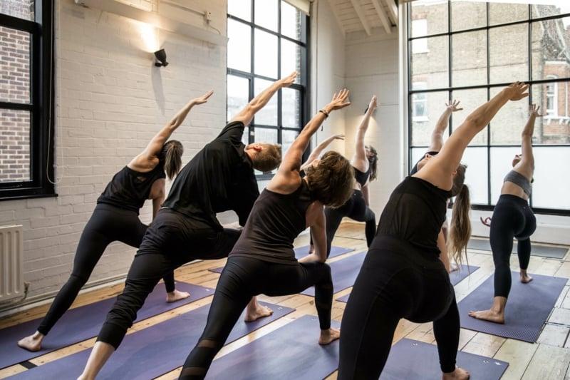 dynamische Yoga Übungen Muskelaufbau