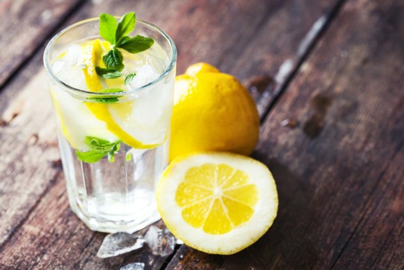 Zitronenwasser mit Minze trinken