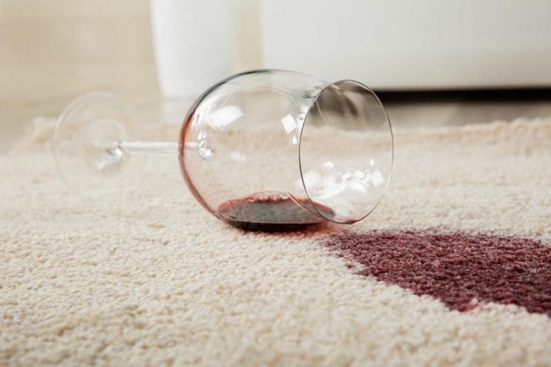 Rotweinflecken mit Salz entfernen