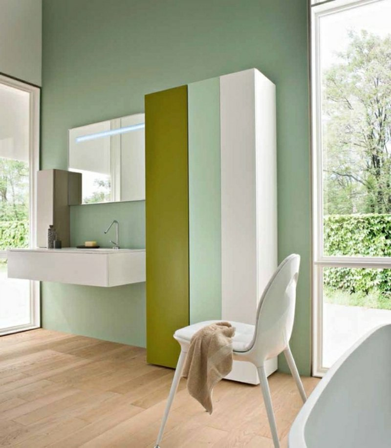 großer Badschrank in drei Farben