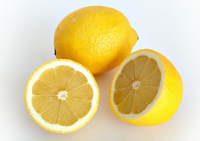 Spülbecken reinigen mit Hausmitteln Zitrone