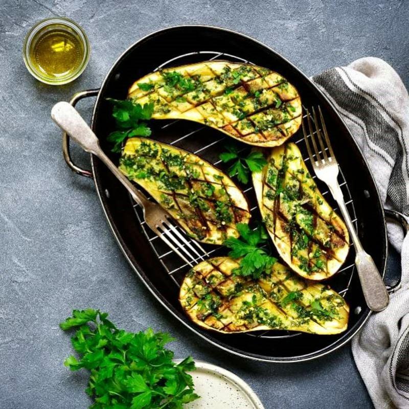 Sojakäse mit Gemüse servieren