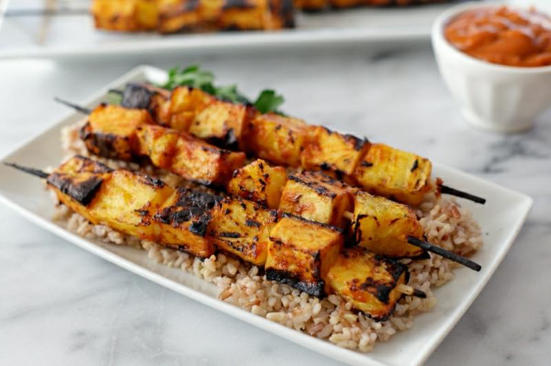leckere vegane Spieße mit Reis