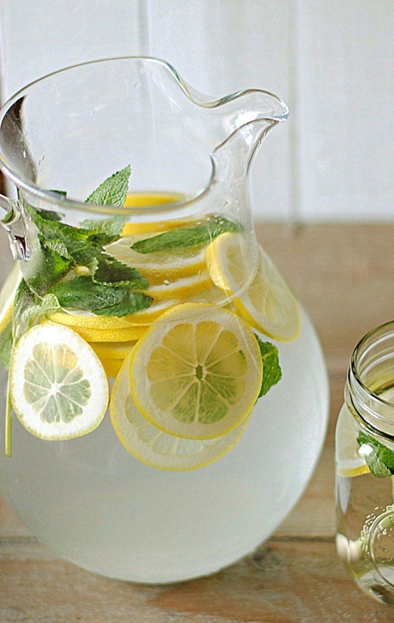 Wasser mit Zitrone trinken