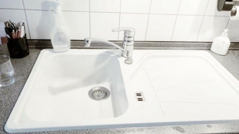 Spülbecken aus weißem Granit