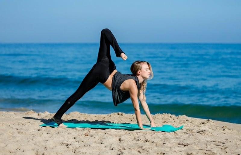 Yoga praktizieren am Strand abnehmen