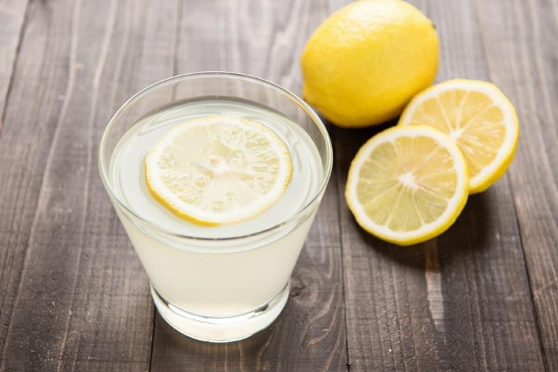 Warmwasser mit Zitrone statt Kaffee trinken