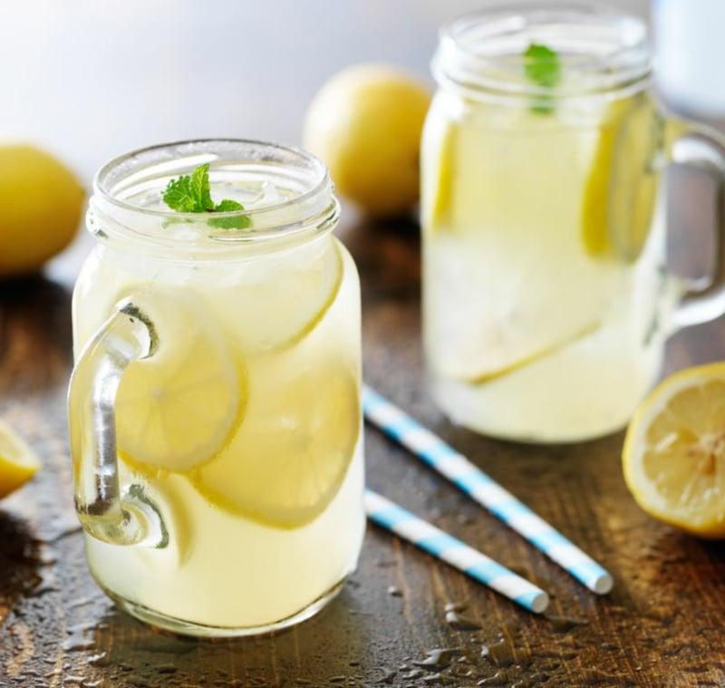 Detox Kur machen Wasser mit Zitrone