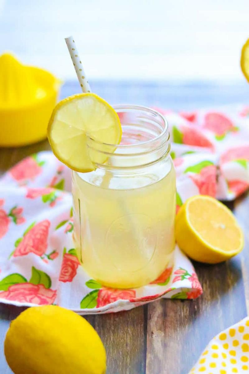 erfrischende Getränke Zitronenwasser