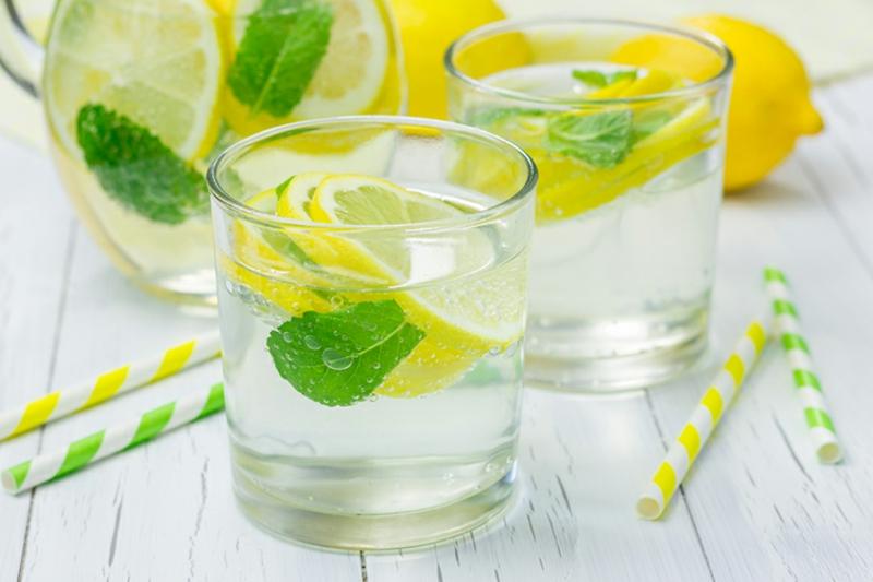 Zitronenwasser mit Minze lecker und erfrischend