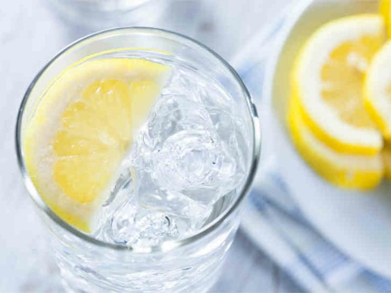 Wasser mit Zitrone und Eis zum Abnehmen