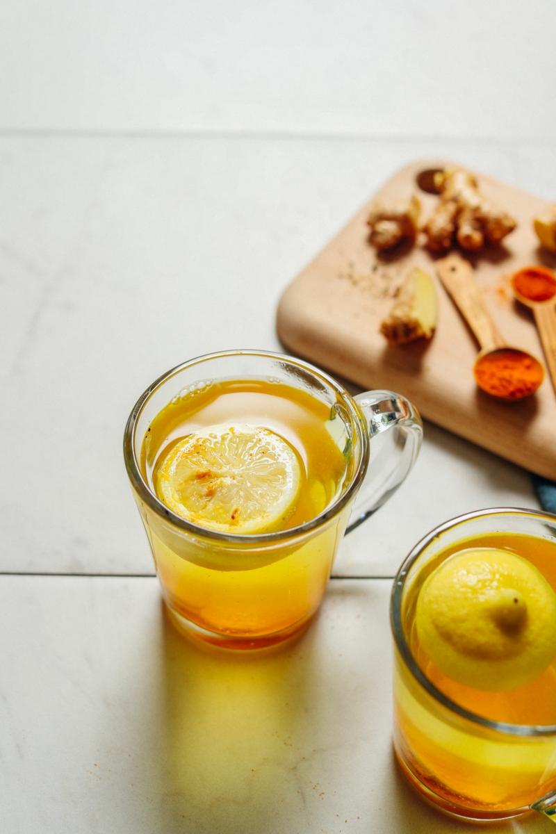 Wasser mit Zitrone mit Ingwer verfeinern