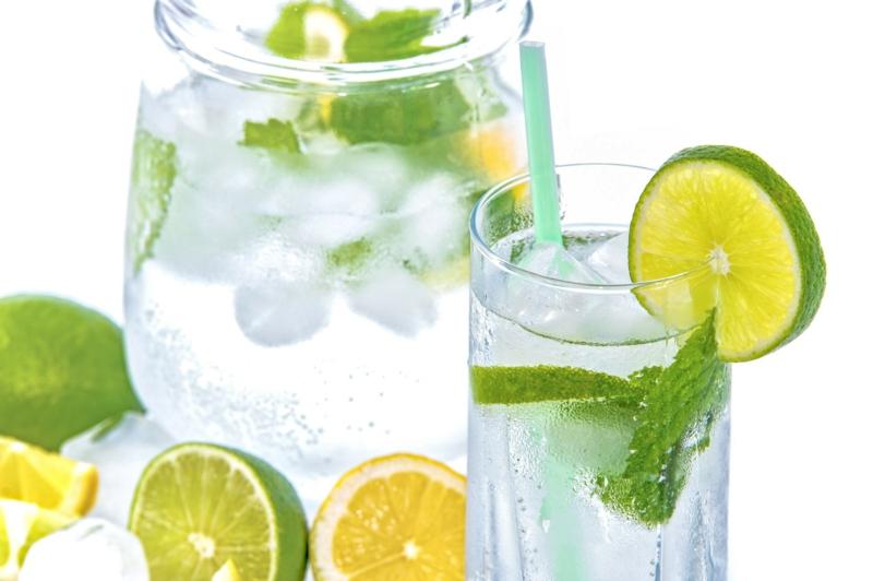 Wasser mit Zitrone Limettensaft und Minze