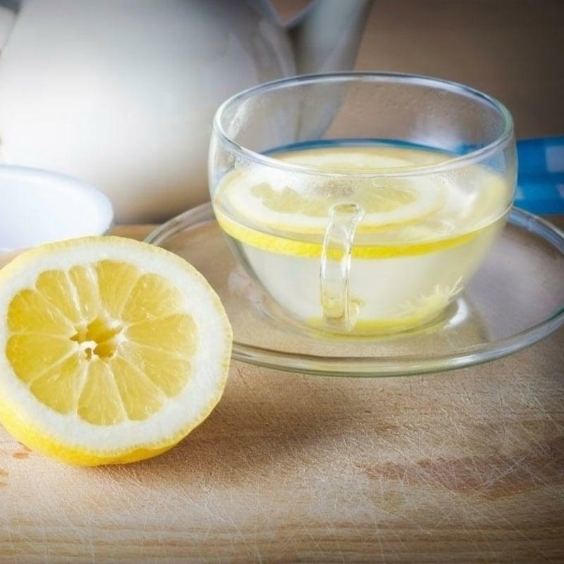 heißes Wasser mit Zitronensaft gegen Dehydration