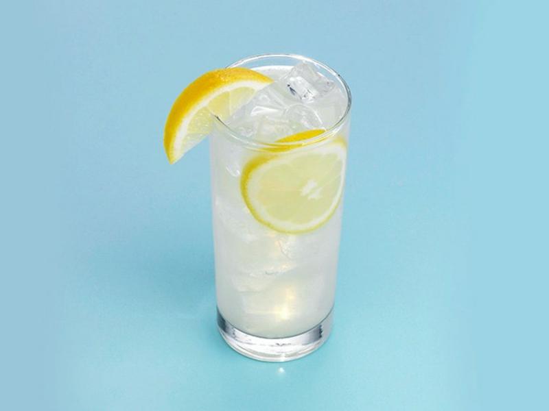 Wasser mit Zitrone für schnelleren Stoffwechsel