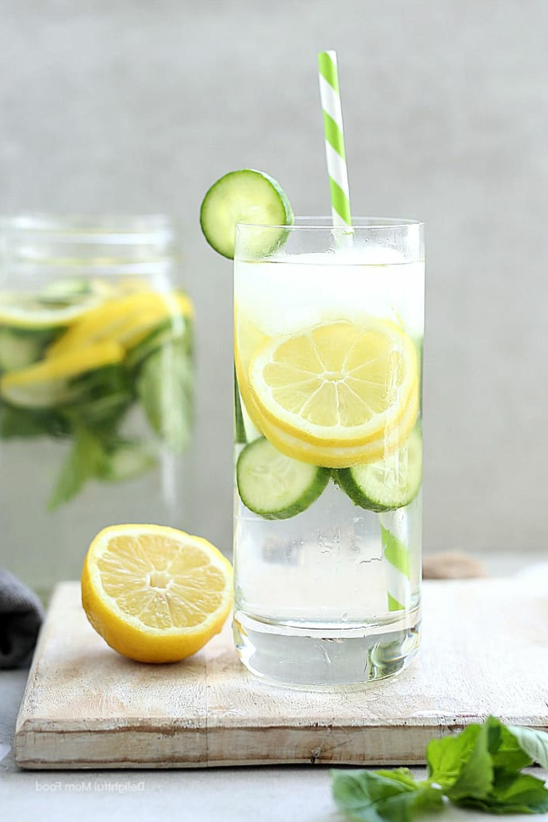 Zitronenwasser fördert die Verdauung an