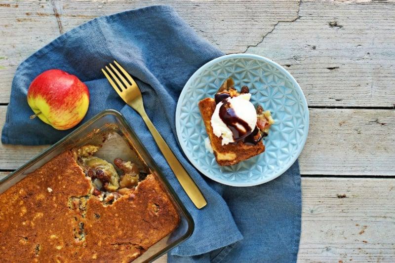 Apfelkuchen mit Schmand garnieren